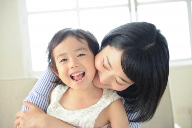可愛い我が子を腕に抱いてます